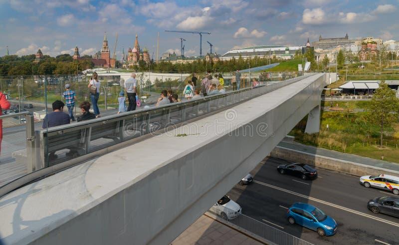 Плавучий мост и взгляд Москвы Кремля и парка Zaryadye, Москвы стоковая фотография rf