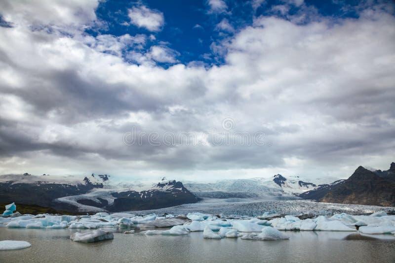 Плавя айсберги на леднике юго-восточной Исландии Скандинавии Fjallsarlon Fjallsjokull ледникового озера стоковое фото rf