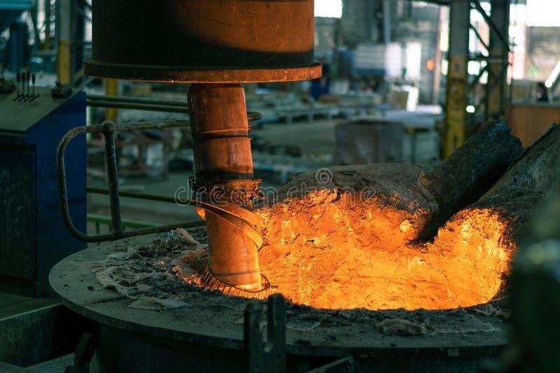 Плавя сталь в мастерской плавильни стоковое фото rf