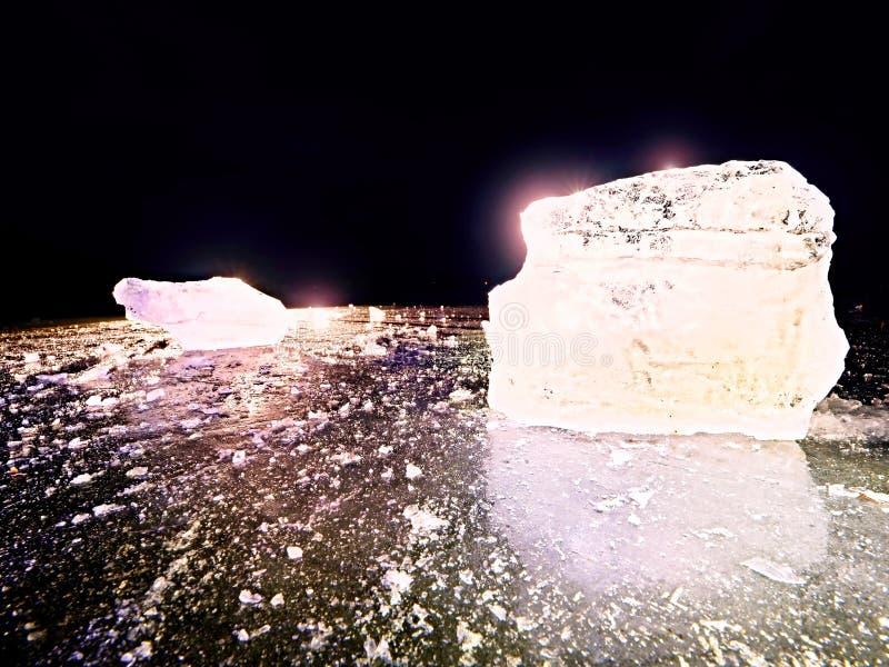Плавя части прерванных блоков льда Сильный красочный backlight стоковое изображение