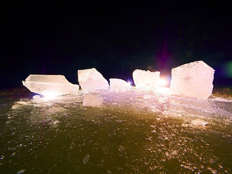 Плавя части прерванных блоков льда Сильный красочный backlight стоковые фото