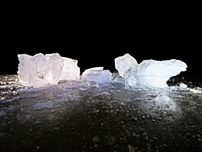 Плавя части прерванных блоков льда Сильный красочный backlight стоковое изображение rf