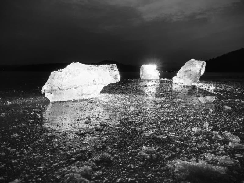 Плавя части прерванных блоков льда Сильный красочный backlight стоковые фотографии rf