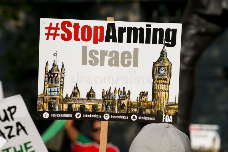 плакаты и плакаты на Газа: Остановите ралли бойни в Уайтхолле, Лондоне, Великобритании стоковое фото