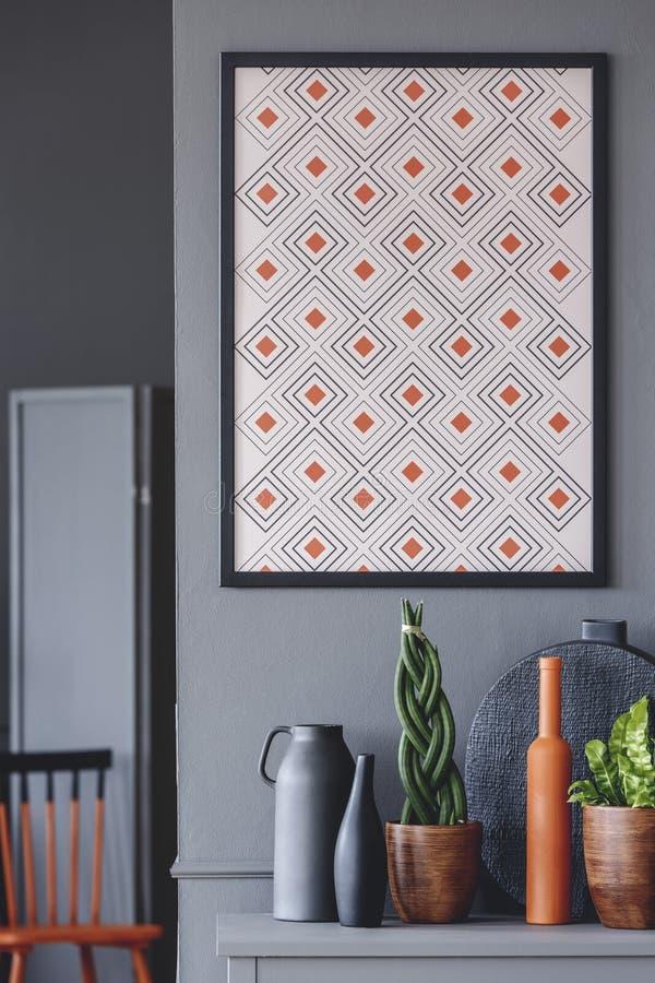 Плакат в минимальном интерьере комнаты стоковое фото