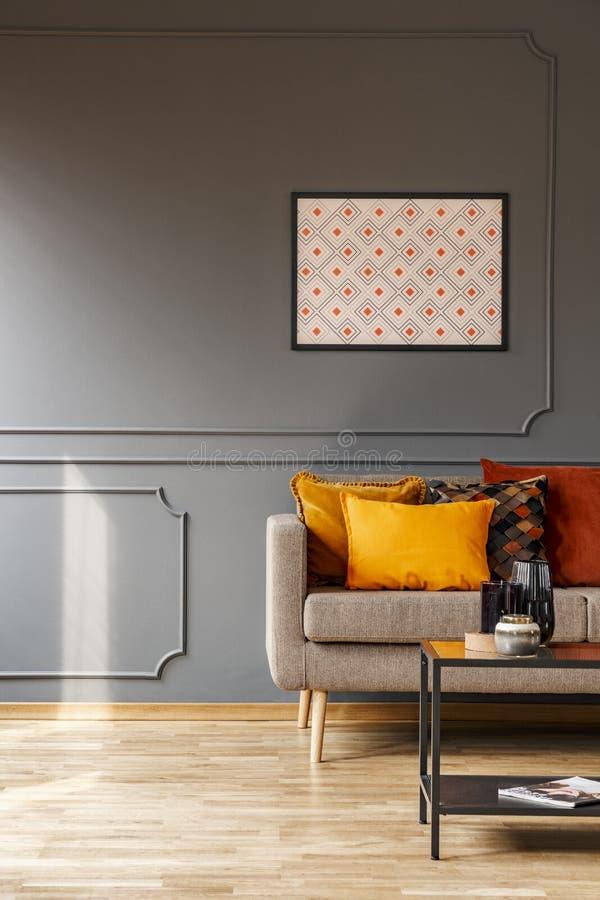 Плакат модель-макета с картиной на серых стене и апельсине снабжает o подкладкой стоковые фото
