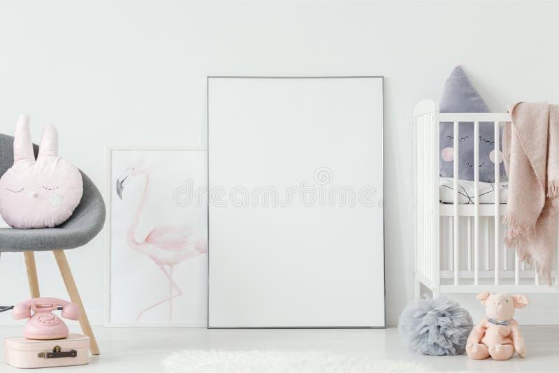 Плакат фламинго стоя на поле за пустым плакатом модель-макета стоковые изображения rf