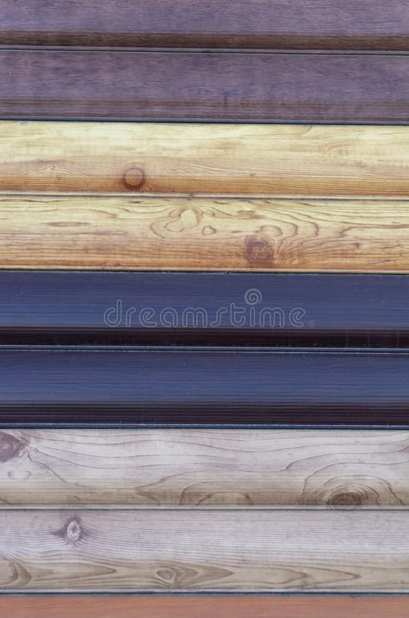 Плакирование для дома, примеры олова металла других цветов под деревом стоковая фотография
