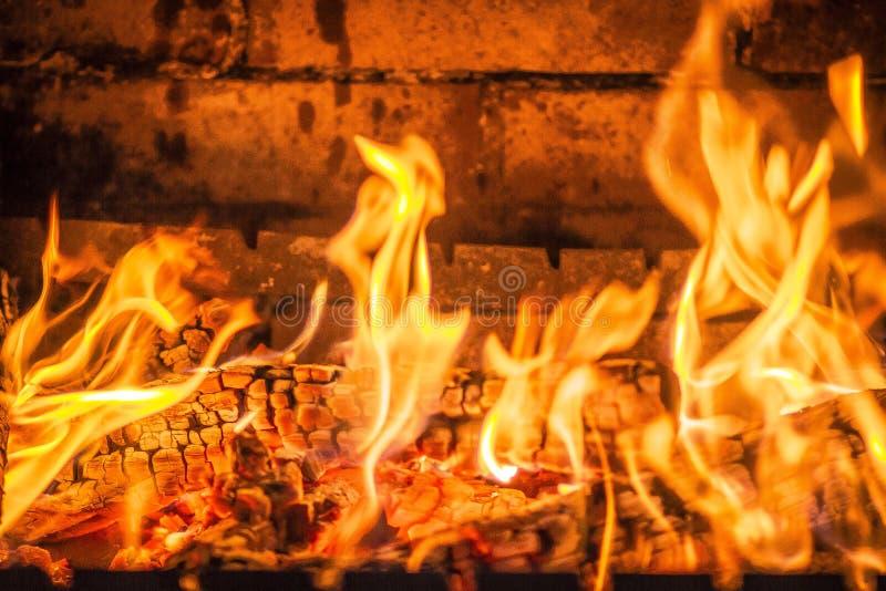 Пламена и угли в камине стоковые фотографии rf