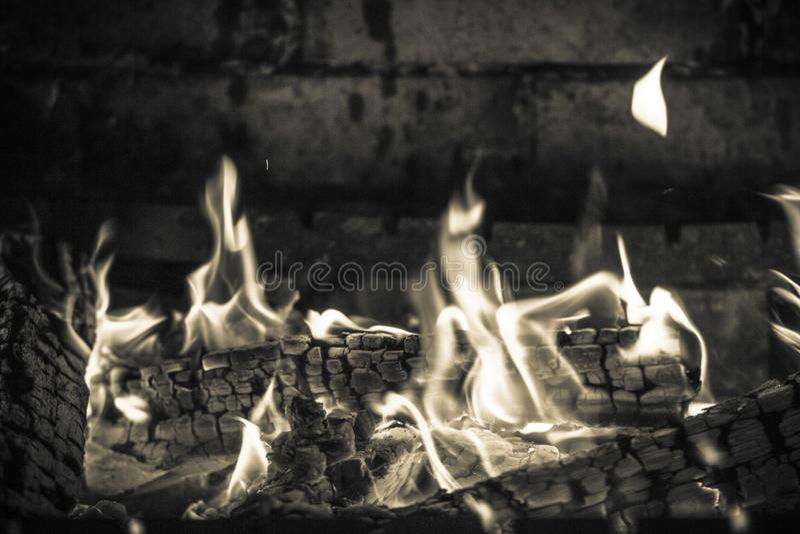 Пламена и угли в камине стоковая фотография rf