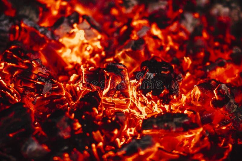 Пламена и угли в камине стоковое фото rf