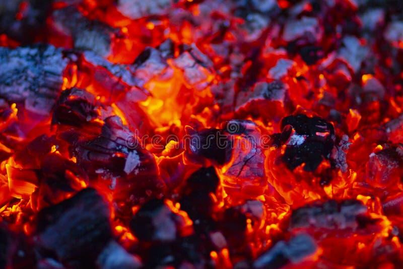 Пламена и угли в камине стоковые изображения