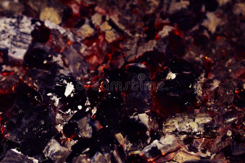 Пламена и угли в камине стоковые изображения rf
