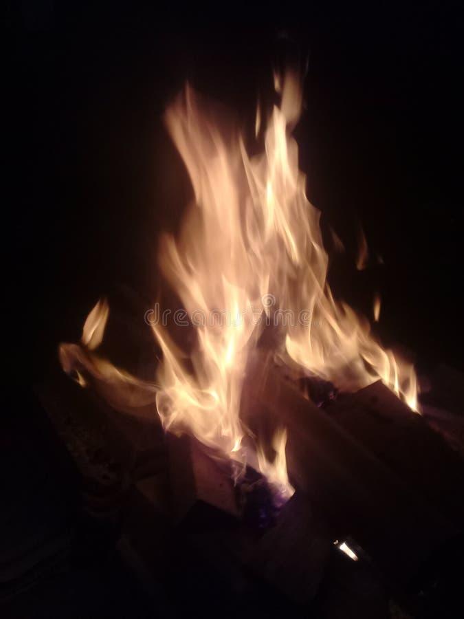 Пламена огня над чернотой стоковая фотография rf