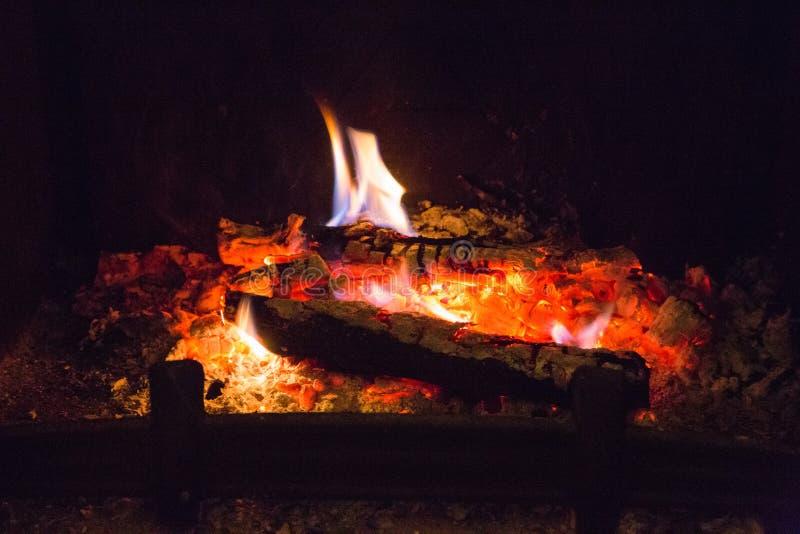 Пламена огня с золой в камине стоковое изображение