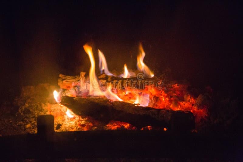 Пламена огня с золой в камине стоковая фотография