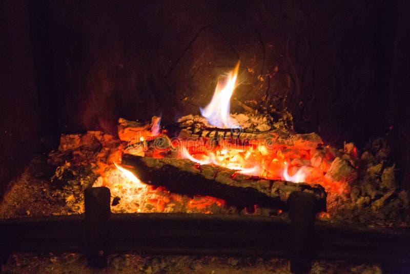 Пламена огня с золой в камине стоковые фотографии rf