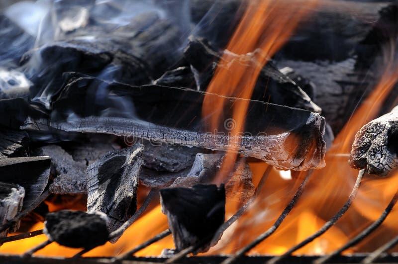 пламена пожара барбекю стоковые фотографии rf