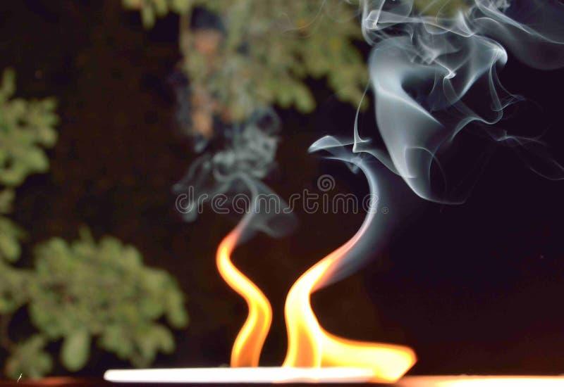 Пламена танцев и завихряясь дым стоковое изображение rf