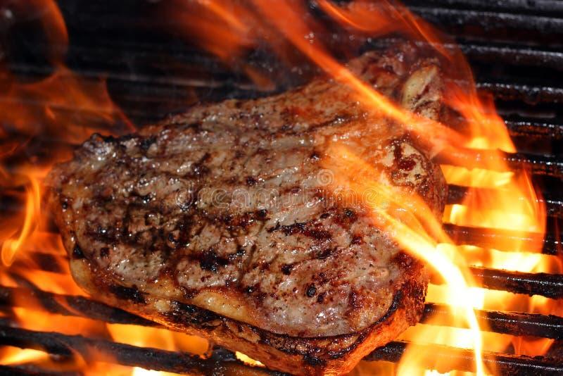 пламенеющий стейк стоковые фото