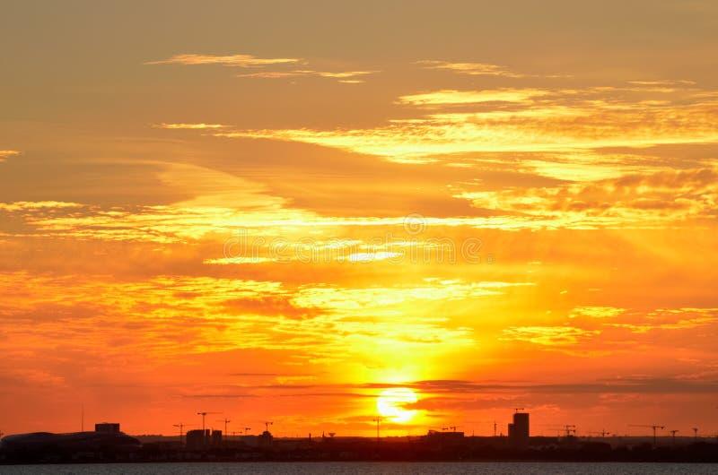 Пламенистое небо с живыми оранжевыми цветами над городом Дублина, Ирландией стоковая фотография rf