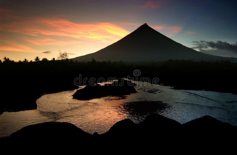 пламенистый вулкан mayon стоковые изображения rf