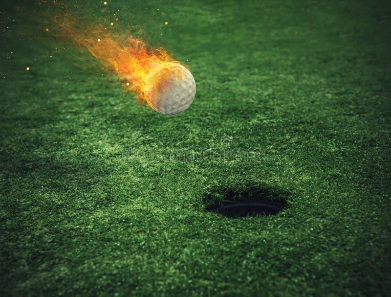 Пламенистый шар для игры в гольф около отверстия в поле травы стоковые изображения rf