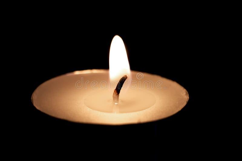 Пламя конца свечи вверх, изолят на черной предпосылке стоковая фотография
