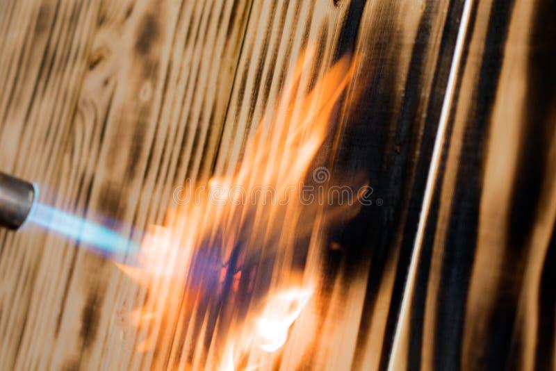 Пламя факела горит древесину стоковое изображение rf