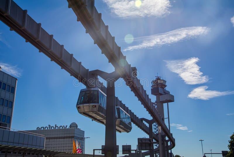 Планерный поезд в аэропорте Дюссельдорф стоковая фотография rf