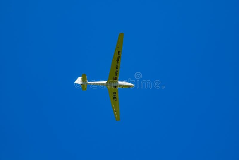Планер летает над Reutte, Австрией 20-ое июня 2018 стоковое изображение