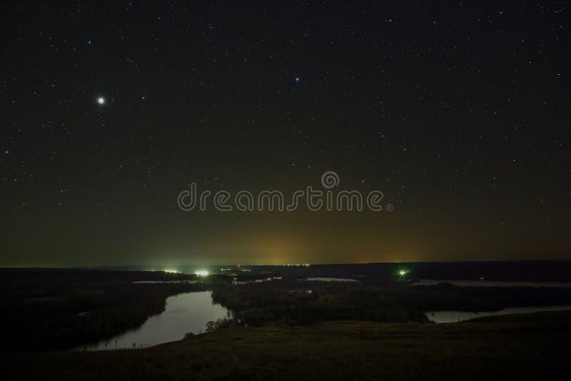 Планета Юпитер и звезды в ночном небе стоковая фотография