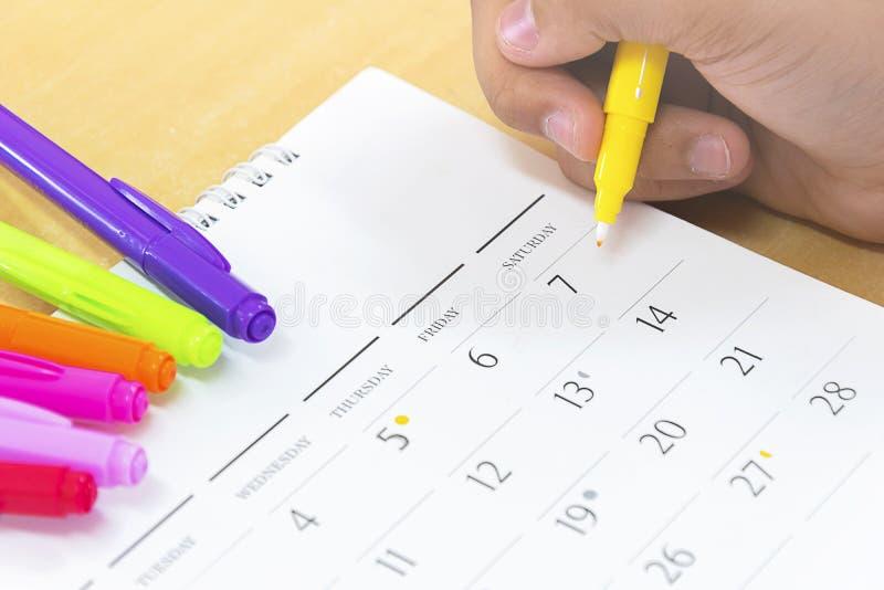 Планировать распорядок праздника, календарь, желтая ручка, дата стоковые изображения rf