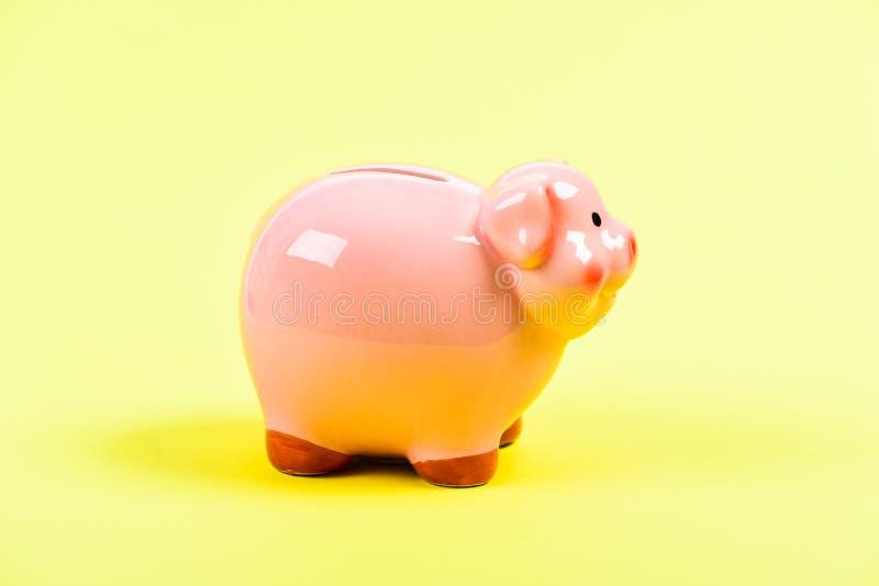 Планируя бюджет финансовая проблема r управление дохода копилка на желтой предпосылке Концепция времени спасительная стоковое фото