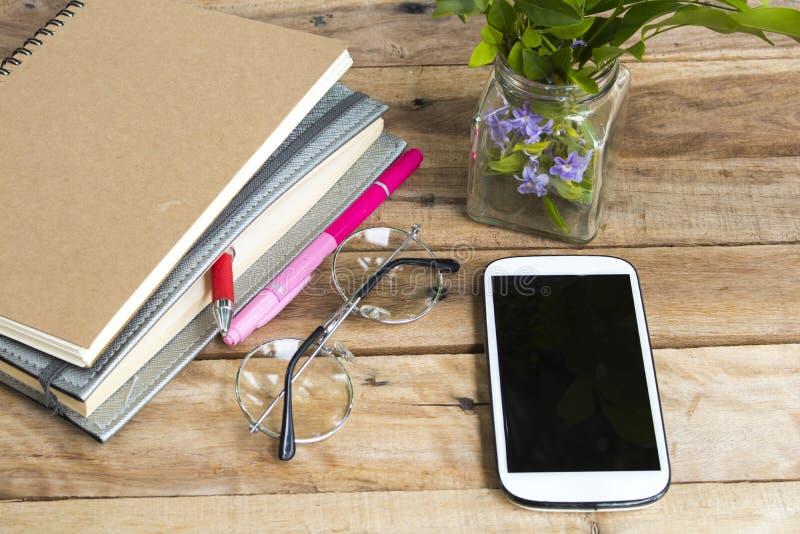 Плановик и мобильный телефон тетради для работы дела стоковое фото rf