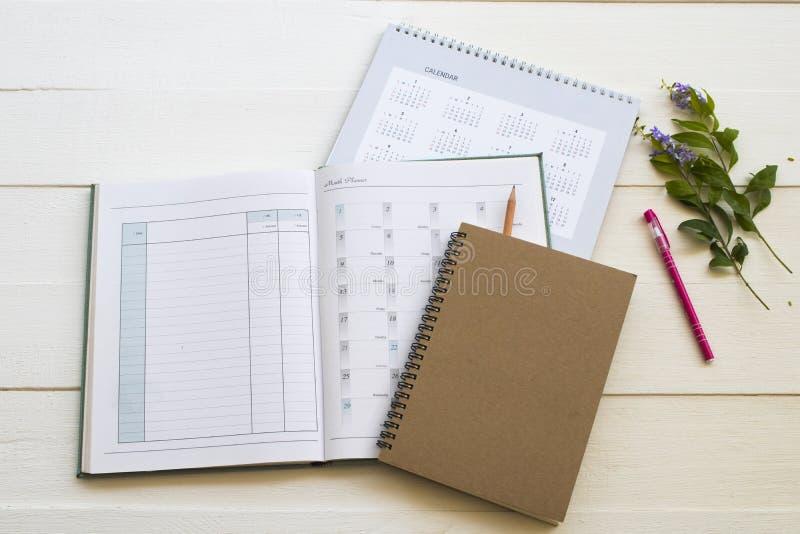 Плановик, календарь и дневник тетради для работы дела стоковые фото
