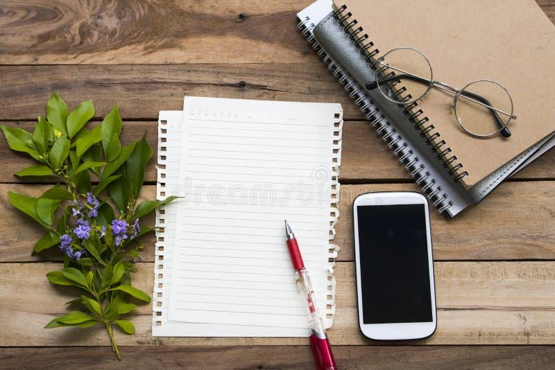 Плановик, писчая бумага и мобильный телефон тетради для работы дела стоковые изображения rf