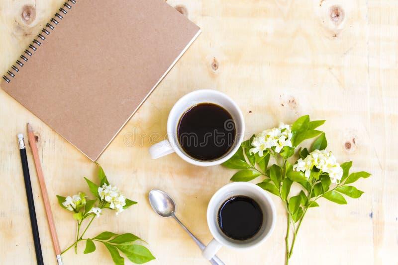 Плановик тетради для работы дела и горячей чашки близнеца эспрессо кофе стоковое фото