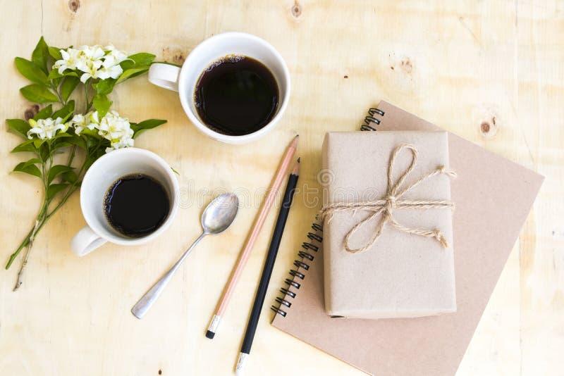 Плановик тетради для работы дела и подарочной коробки, горячей чашки близнеца эспрессо кофе стоковая фотография rf