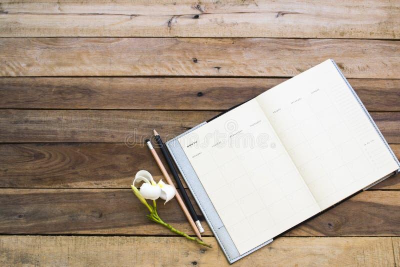 Плановик тетради для работы дела на столе офиса стоковая фотография