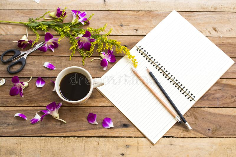 Плановик тетради для работы дела с горячим эспрессо кофе стоковые фото