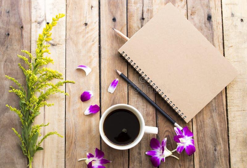 Плановик тетради для работы дела с горячим эспрессо кофе стоковое фото