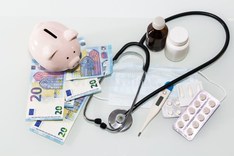 Планшеты и таблетки на примечаниях евро, концепции дорогого здравоохранения стоковое фото