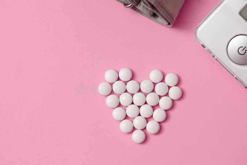 Планшеты положены вне в форме сердца, стоковая фотография rf