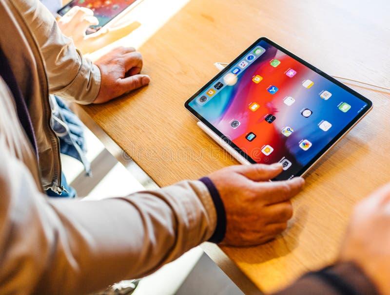 Планшет нового планшета iPad компьютеров Эпл Pro старший восхищаясь стоковая фотография