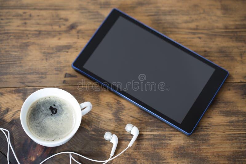 Планшет цифров и чашка кофе стоковые изображения