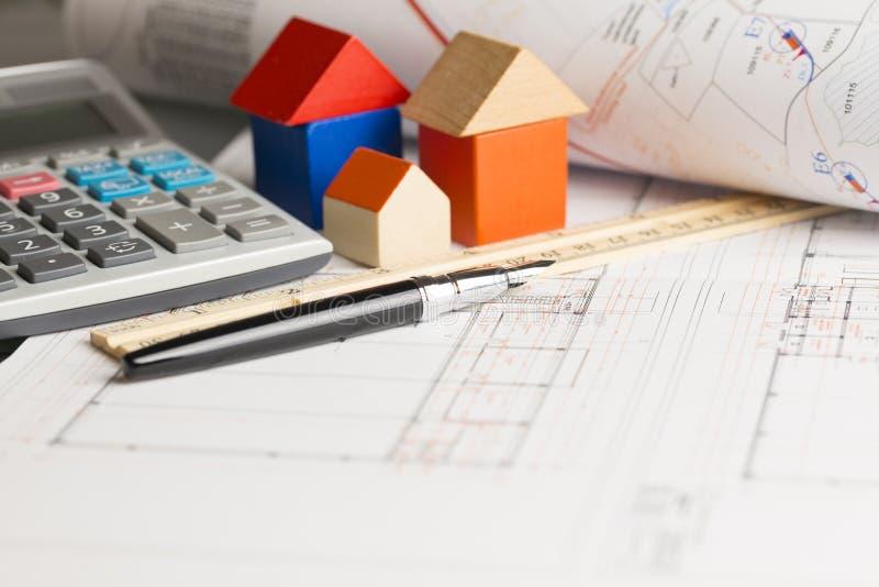Планы и вычисление для проекта нового дома или недвижимости стоковая фотография