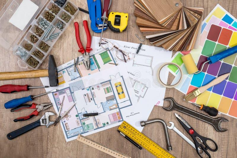 Планы строительства с чертегными инструментами стоковое фото