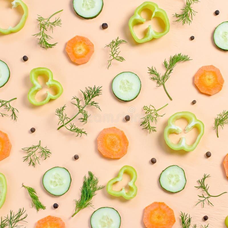 План ингредиентов салата Картина еды с морковью, огурцами, редиской, зелеными цветами, перцем и специями стоковая фотография