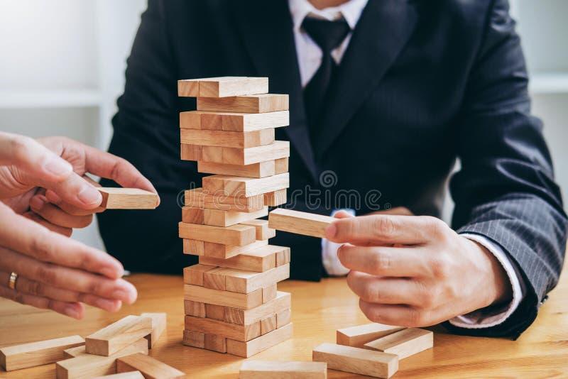 План и стратегия бизнесмена в решении проблем эффекта домино дела стоковые изображения rf
